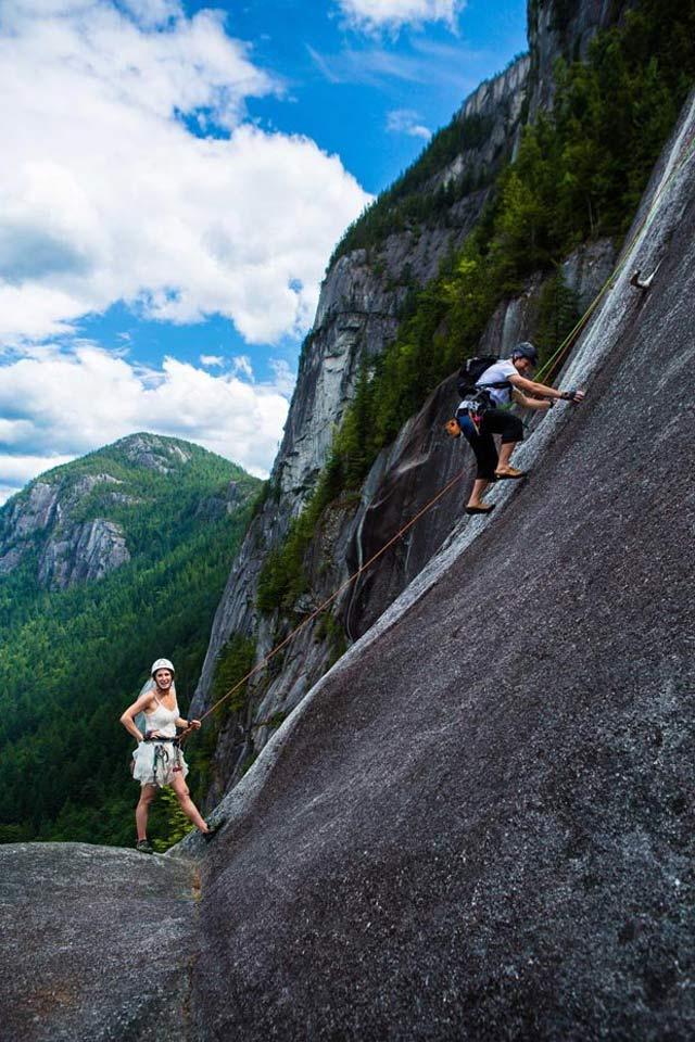 pasangan menikah di gunung